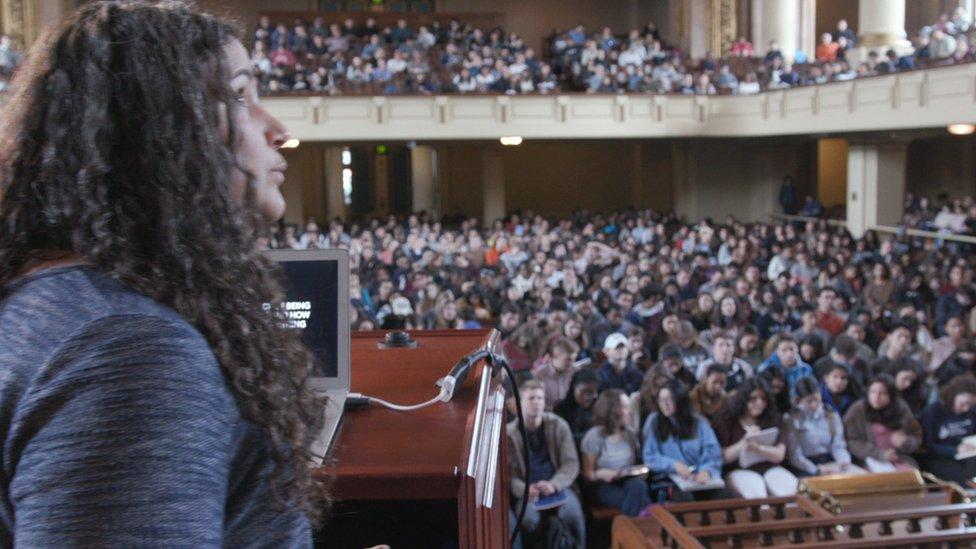 أستاذة علم النفس سانتوس تلقي محاضرة لطلابها