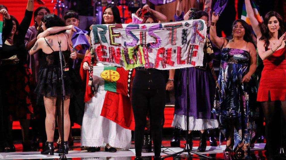 """مون لافيرتي طالبت الشعب في تشيلي بـ """"المقاومة في الشارع"""" في واحدة من حفلاتها"""