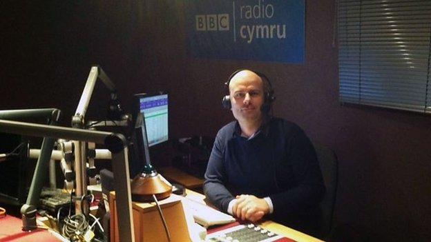 Aled Hughes fydd yn cadw'r sedd yn boeth rhwng 8.30 a 10am ar Radio Cymru