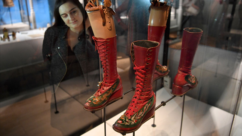 在倫敦V&A展出的卡蘿的假肢和靴子