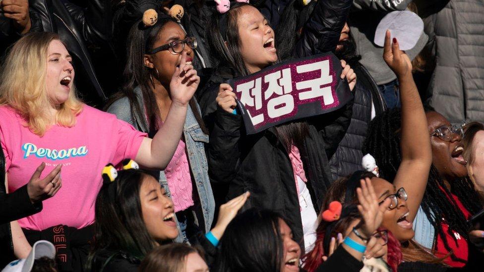 Para penggemar bersorak saat grup K-Pop BTS tampil di Central Park, 15 Mei 2019 di New York City