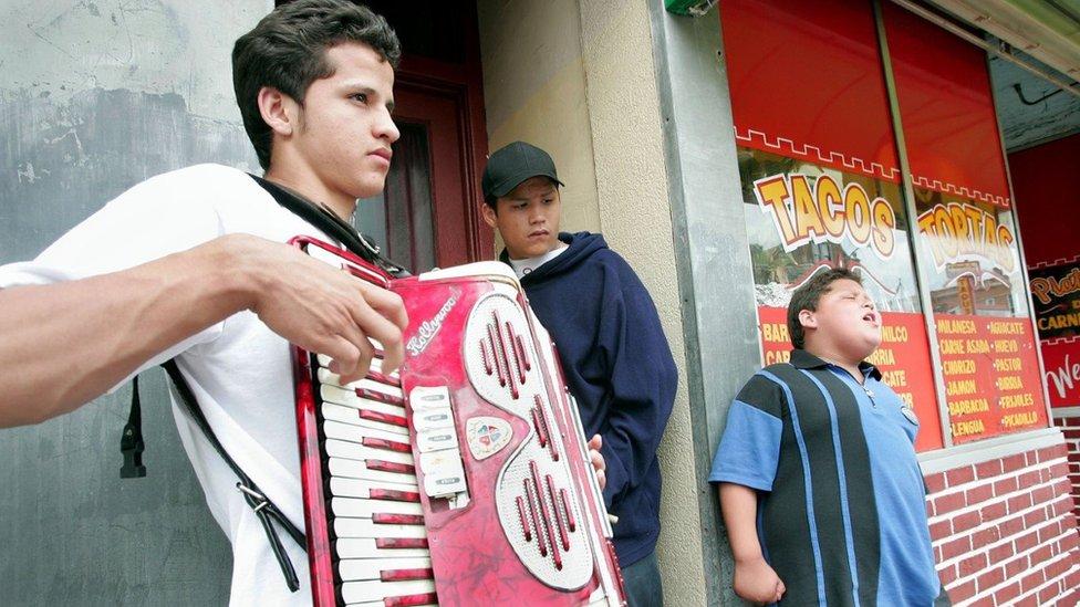 Latinos en el barrio Little Village de Chicag