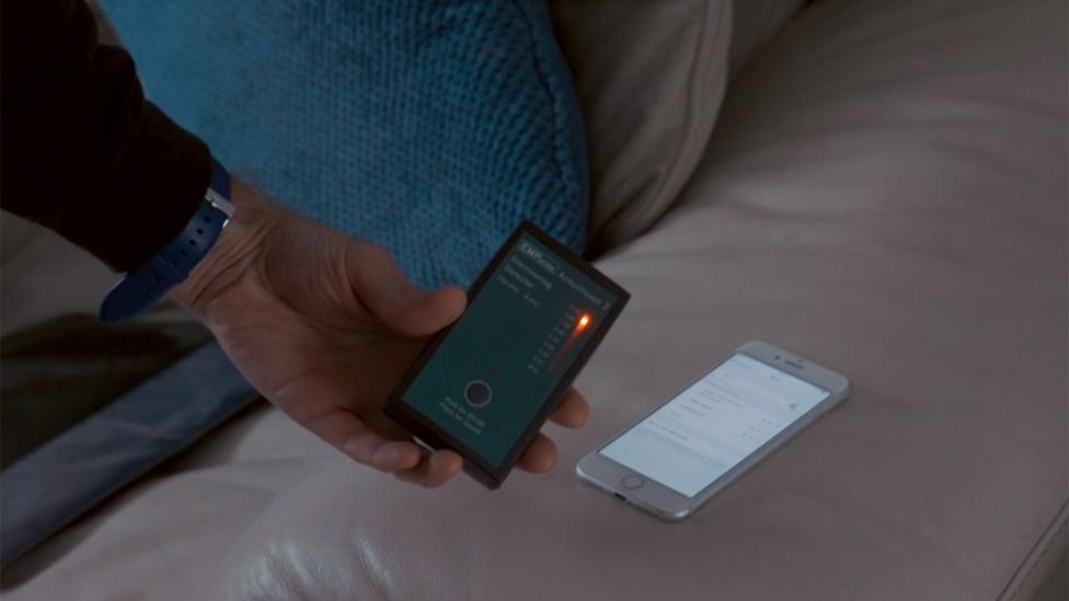 Un medidor registra altos niveles cerca de un móvil activado
