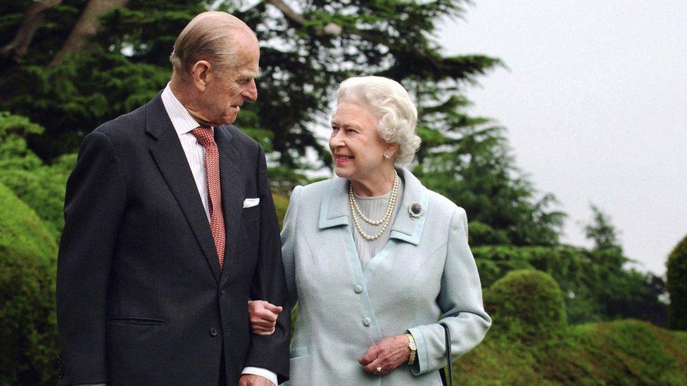 El duque de Edimburgo y la reina Isabel II en una foto por sus bodas de diamante en 2007.