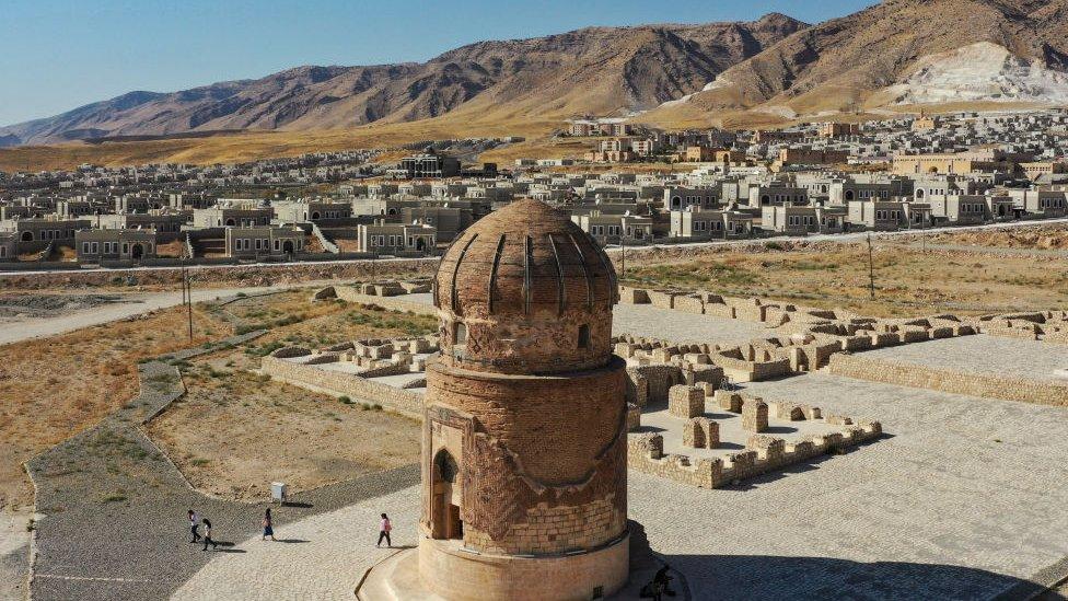 El mausoleo de Zeynel Bey fue construido en 1474 en Hasankeyf, ahora ha sido movido al nuevo pueblo (al fondo).