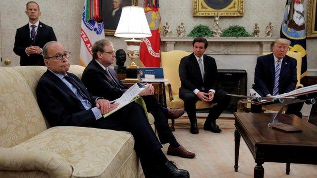 Reunión en la Casa Blanca entre Ron de Santis y Donald Trump, con otros asistentes.