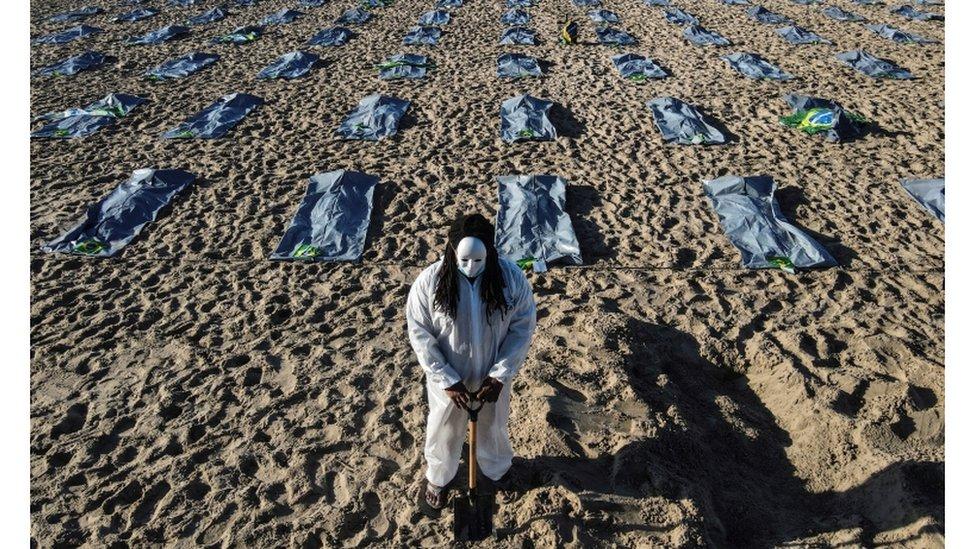 Protesto pelas 400 mil mortes da pandemia na praia de Copacabana