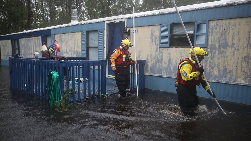 Equipos de rescate trabajan en Carolina del Norte tras el paso del huracán Florence.
