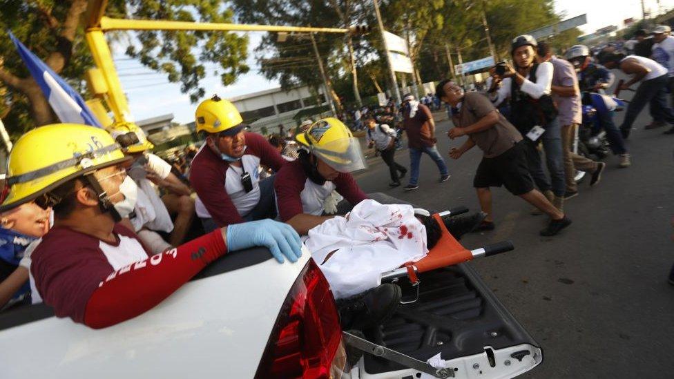 Paramédicos transportan un cadáver durante la marcha del Día de las Madres en Nicaragua.