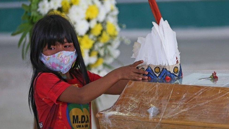 Niña indígena en Brasil