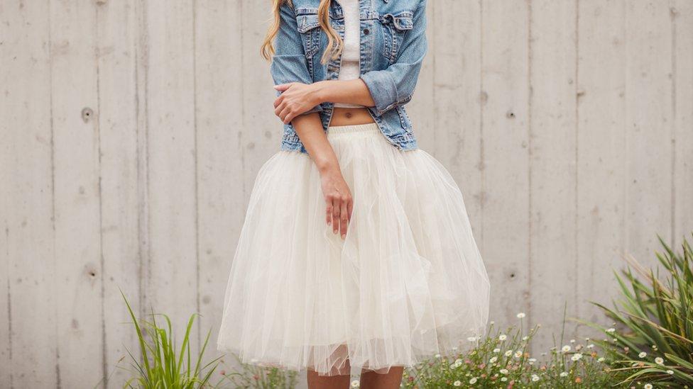 Mujer con falda.