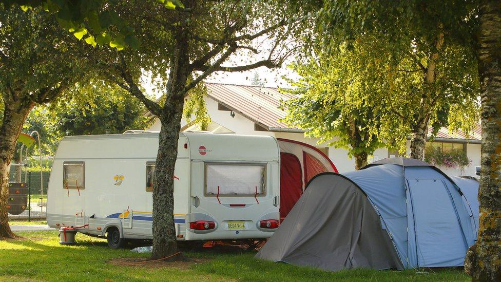 Kamperi se opredeljuju za kamp prikolice ili šatore kada kreću na kampovanje