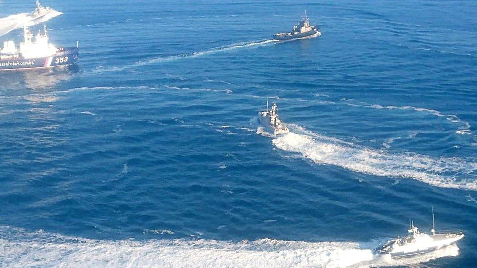 Russian navy vessels encircling Ukrainian ships, 25 November
