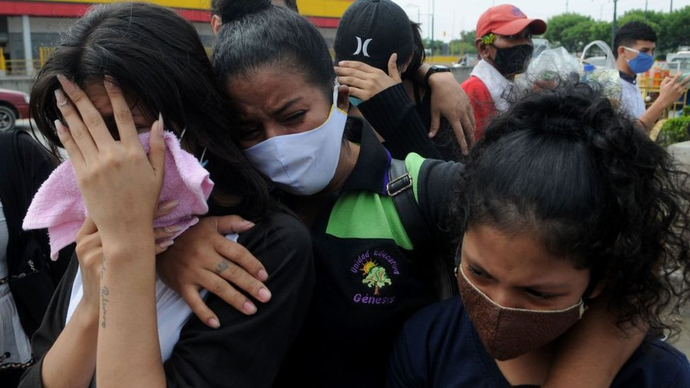 Relatives mourning for the relatives they've lost to the pandemic in July 2020, Ecuador