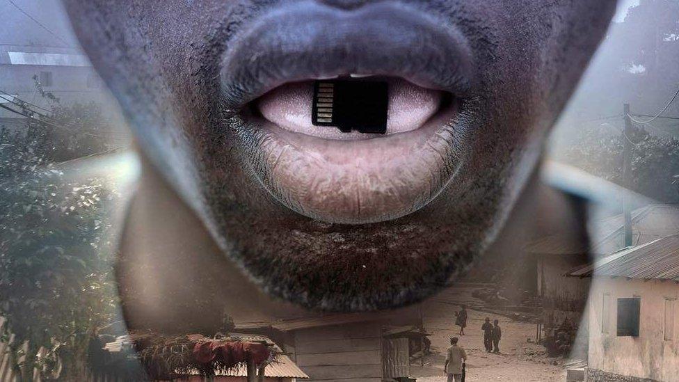Hombre con una tarjeta de memoria en la boca.