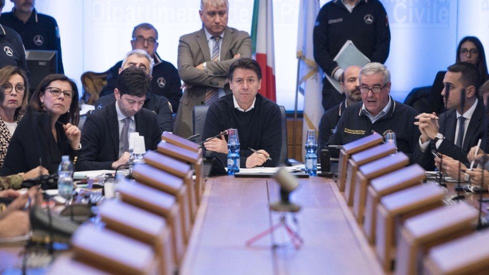 El primer ministro de Italia, Giuseppe Conte (centro), en una reunión de emergencia