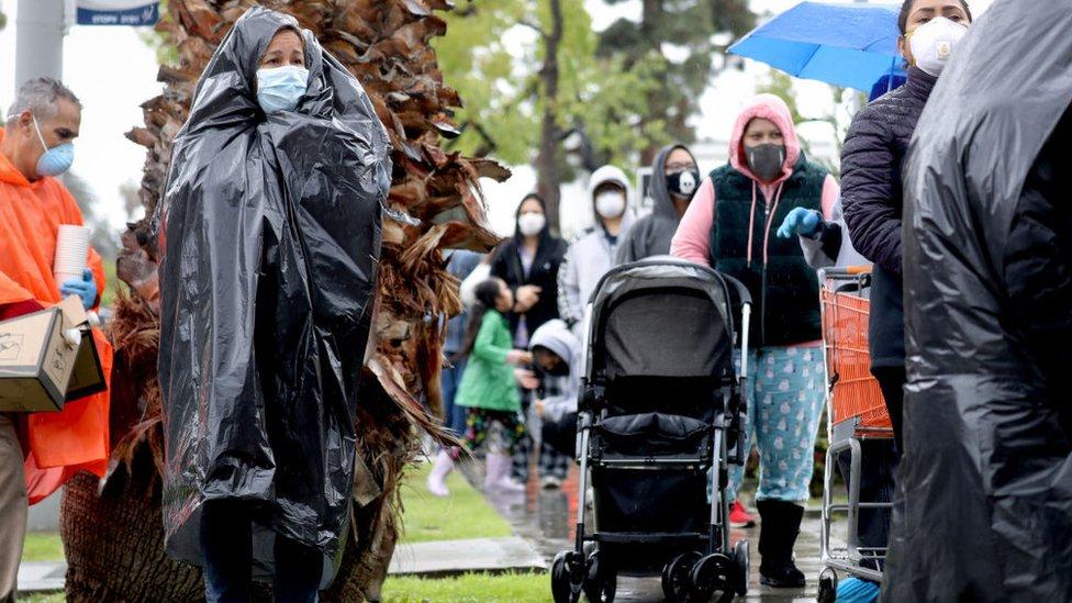 Personas esperando donaciones de comida en California, Estados Unidos