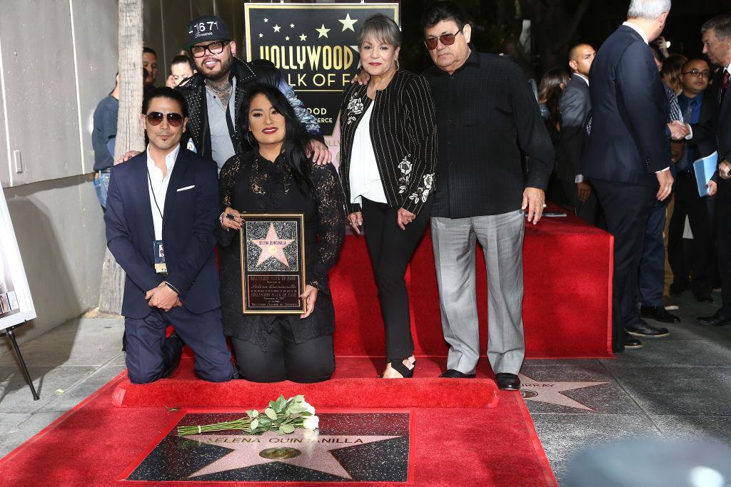 La familia de Selena durante la presentación de la estrella de la cantante en el Paseo de Hollywood en Los Ángeles en 2017.