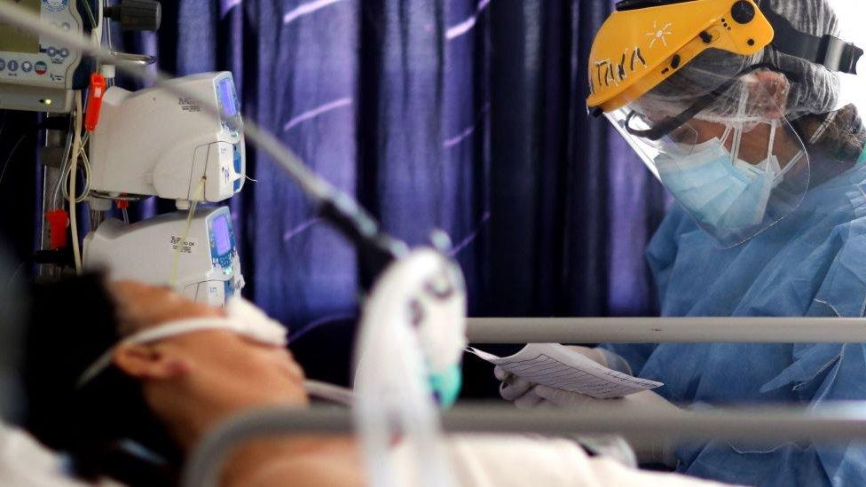 Paciente en la unidad de cuidados intensivos de un hospital en Argentina.
