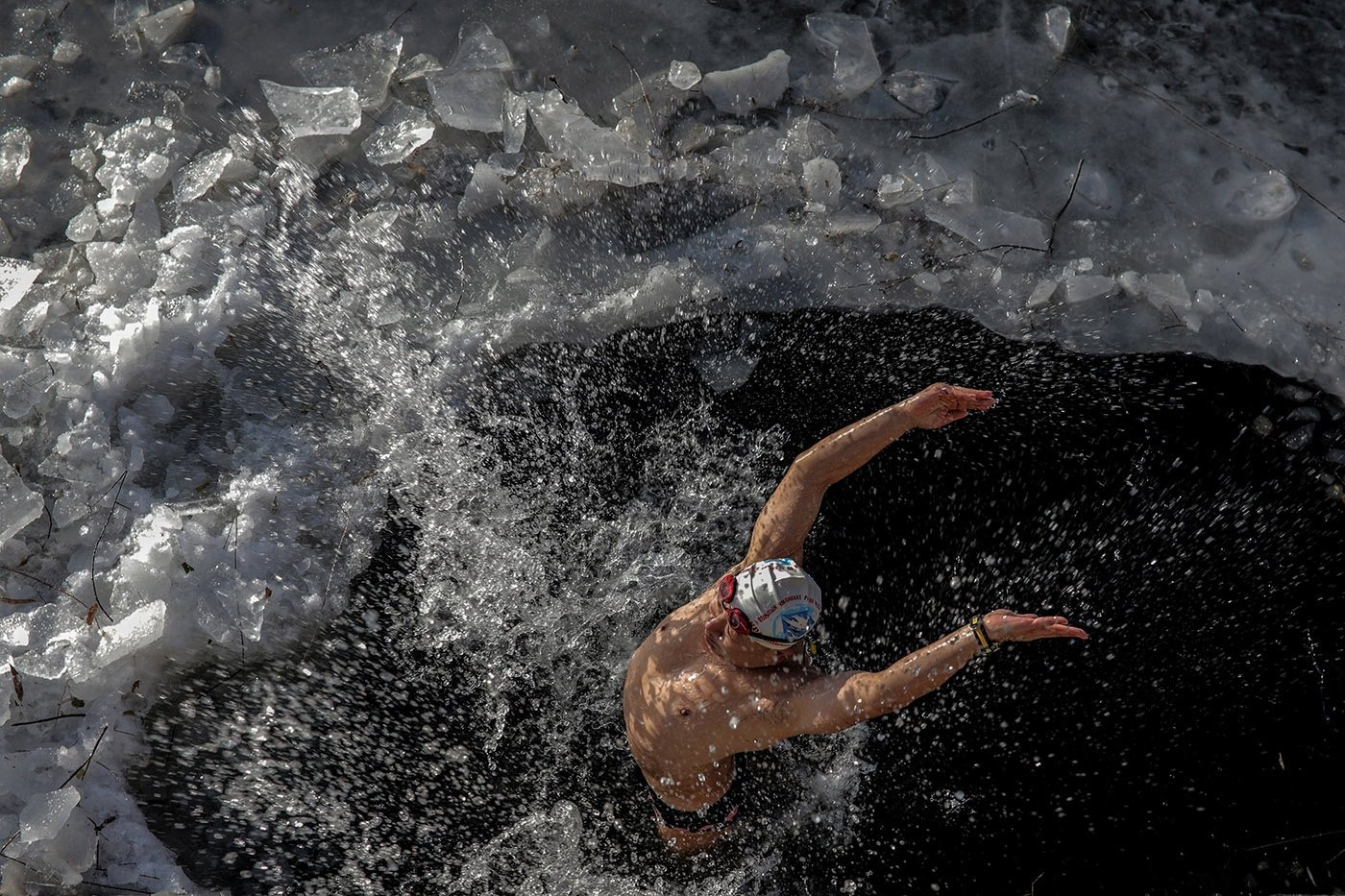 嚴寒並沒能令北京的冬泳愛好者卻步,依然有人在已部分結冰的河裏暢遊。