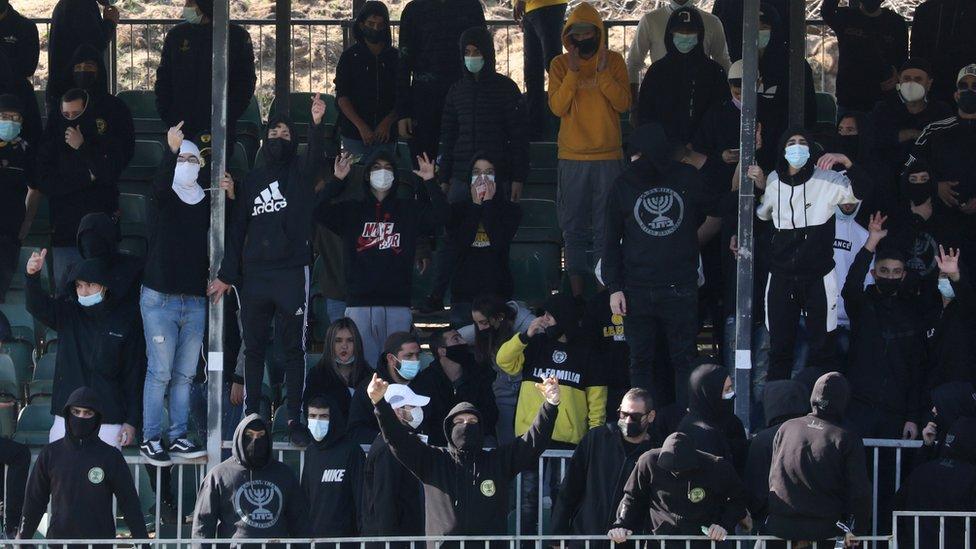 جانب من مشجعي بيتار القدس يحتجون على بيع نصف أسهم النادي لشيخ إماراتي