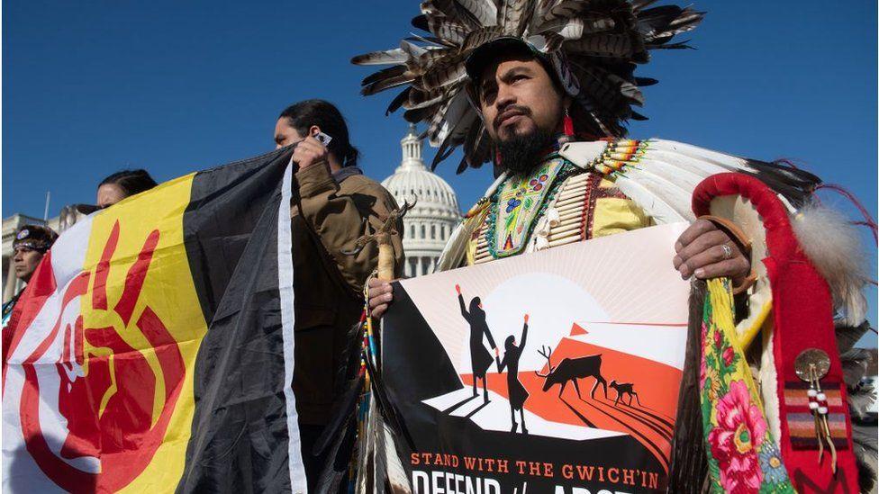 Protesta de miembros grupos tribales en trajes típicos contra la exploración petrolera en el refugio nacional del Ártico