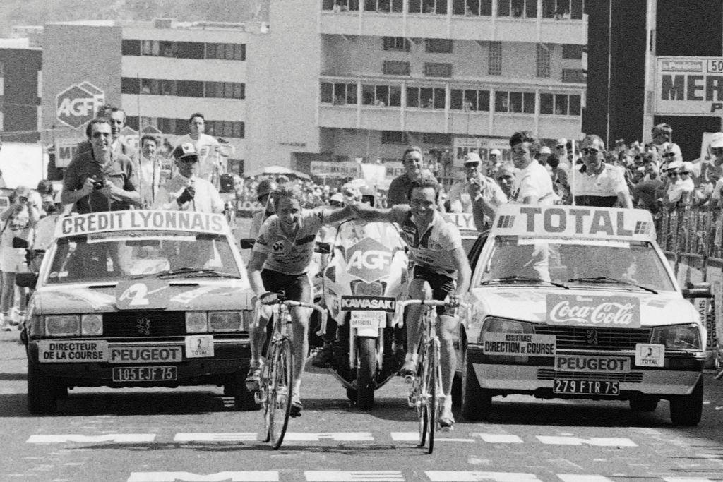 Bernard Hinault y Greg Lemond llegaron a un acuerdo que terminó con la etapa ganada por el francés y la confirmación del triunfo del ciclista estadounidense en el Tour en 1986