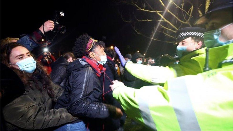 Londra'da Sarah Everard cinayetini protesto eden kadınlara polis müdahale etti