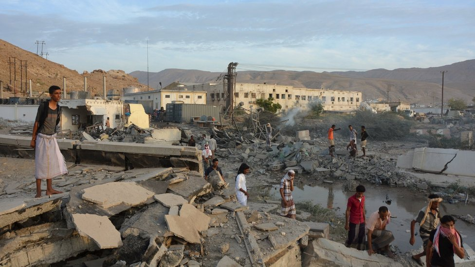 Residents of Mukalla inspect damage after a Saudi-led coalition air strike (24 April 2016)