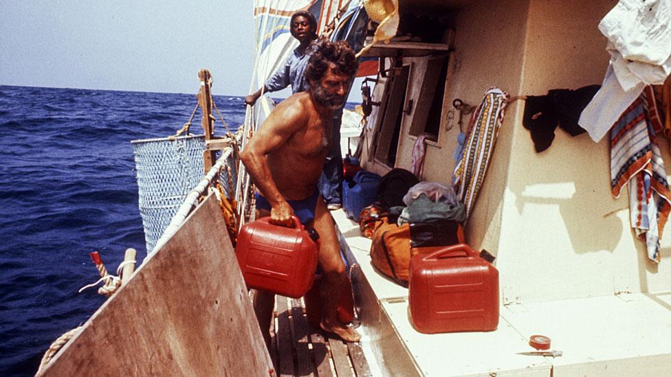 Santiago Genovés adelante y Fe Seymour atrás, en la barca.