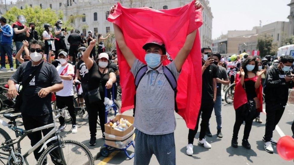 Peruanos celebrando la renuncia de Merino.