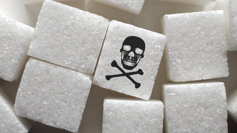 Terrones de azúcar con un símbolo de veneno