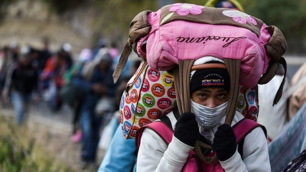 Una mujer venezolana cruzando la frontera a Perú.