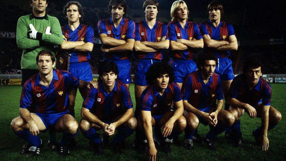 Maradona con el resto de jugadores titulares en un partido del Barcelona.