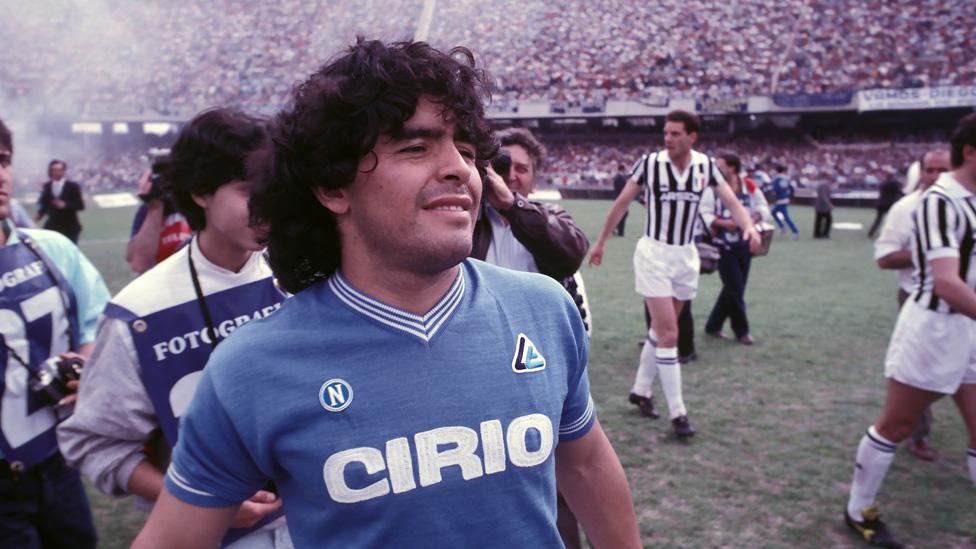 Maradona juega contra la Juventus