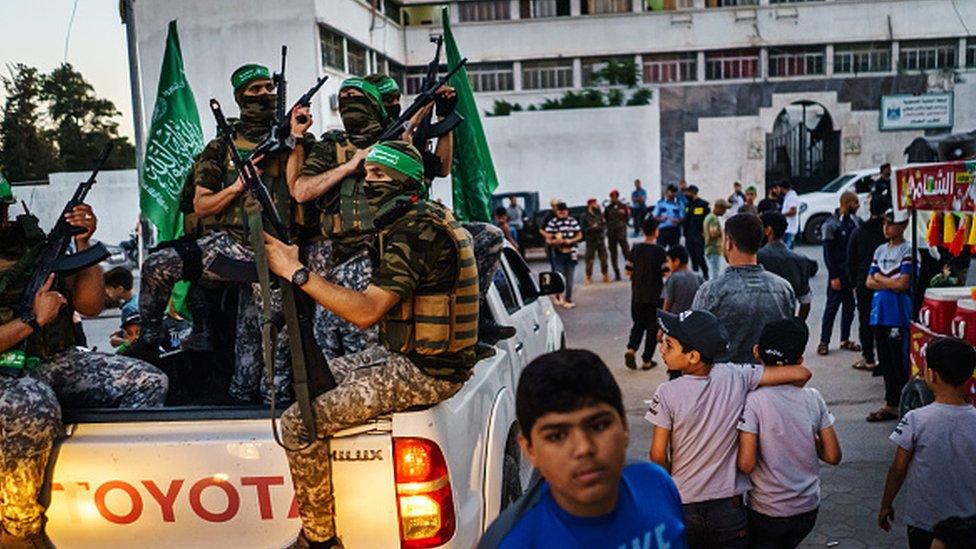 مقاتلو حماس يوفرون الأمن في حدث ظهر فيه يحيى السنوار، زعيم حماس الفلسطيني