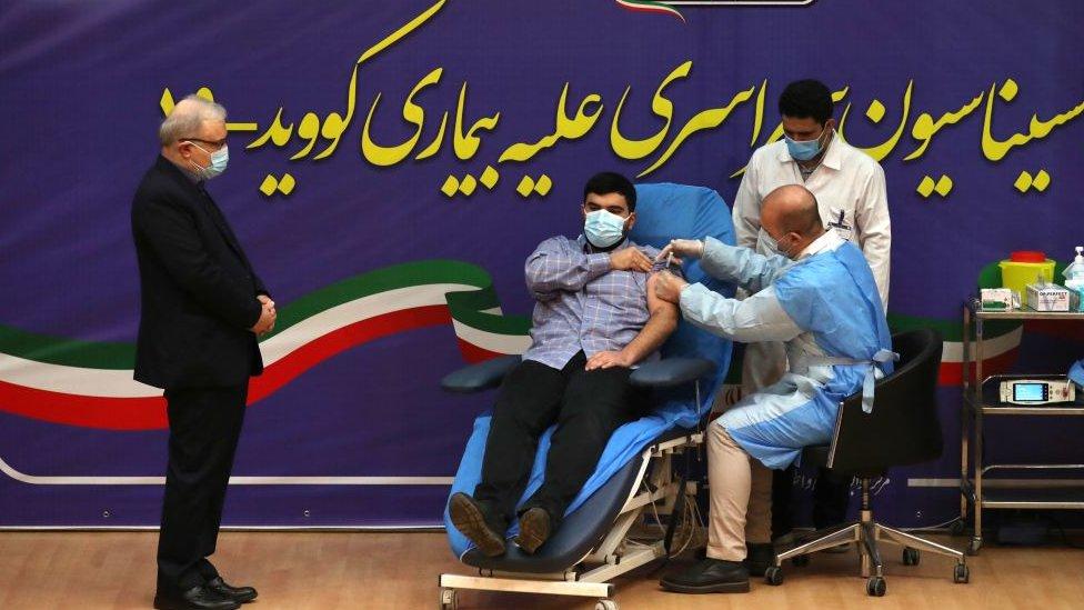 伊朗衛生部長薩伊德·納瑪琪(Saeed Namaki 左)陪兒子帕爾薩(Parsa)接種第一劑衛星五號疫苗。