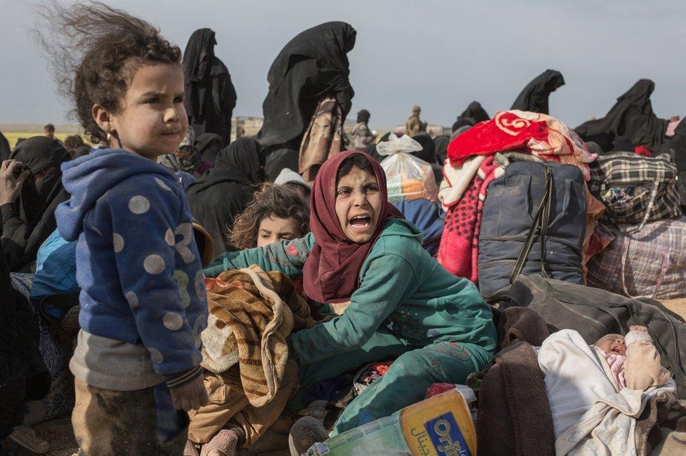 مدنيين يفرون من آخر أراضي الدولة الإسلامية في سوريا