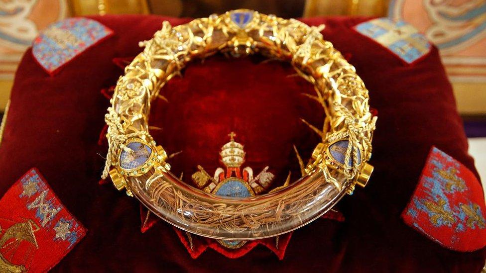 Aunque su autenticidad no está verificada, la corona de espinas es una de las reliquias más valoradas por los creyentes parisinos.