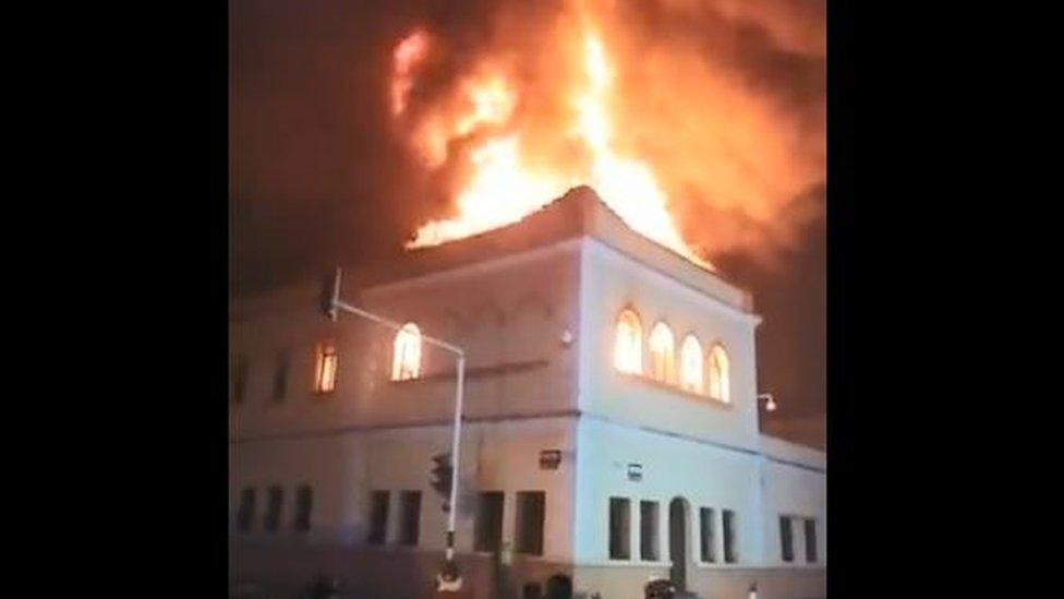 Imagen del palacio de justicia de Tuluá incendiado.