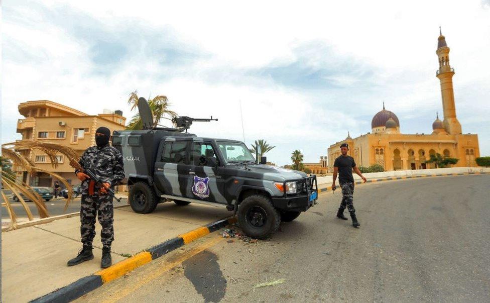 نقطة تفتيش في البلدة أقيمت بعد طرد عائلة الكاني والجنرال حفتر في يونيو 2020