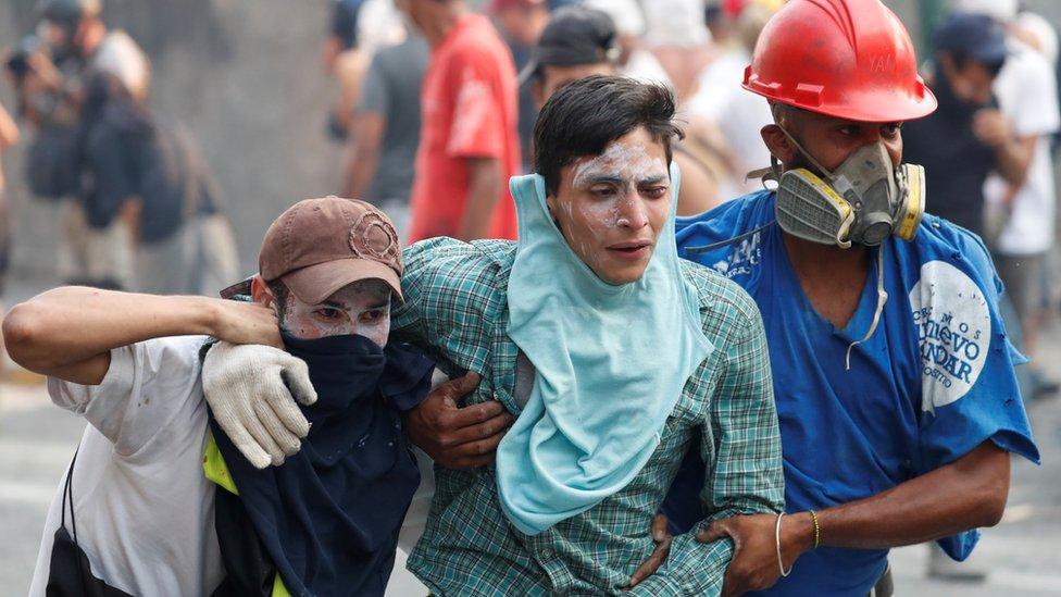 一些示威者受傷。