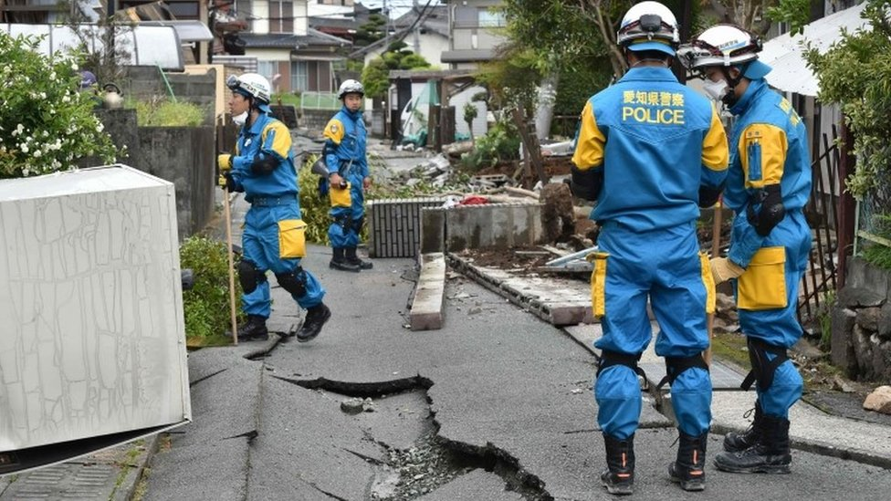 Policemen search for missing people in a damaged neighbourhood following two earthquakes in the region in Mashiki, Kumamoto prefecture (17 April 2016)