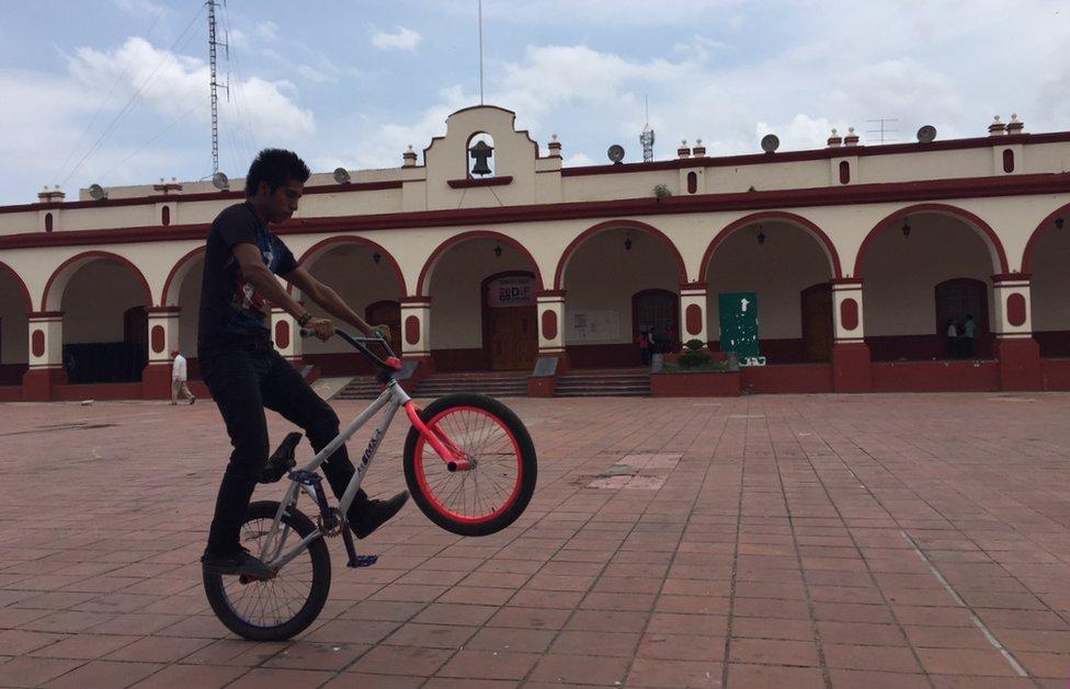 Un joven se divierte en una bicicleta en el centro de Chilapa.