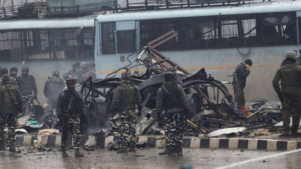 Soldados indios observan los restos del ataque en Puwalma