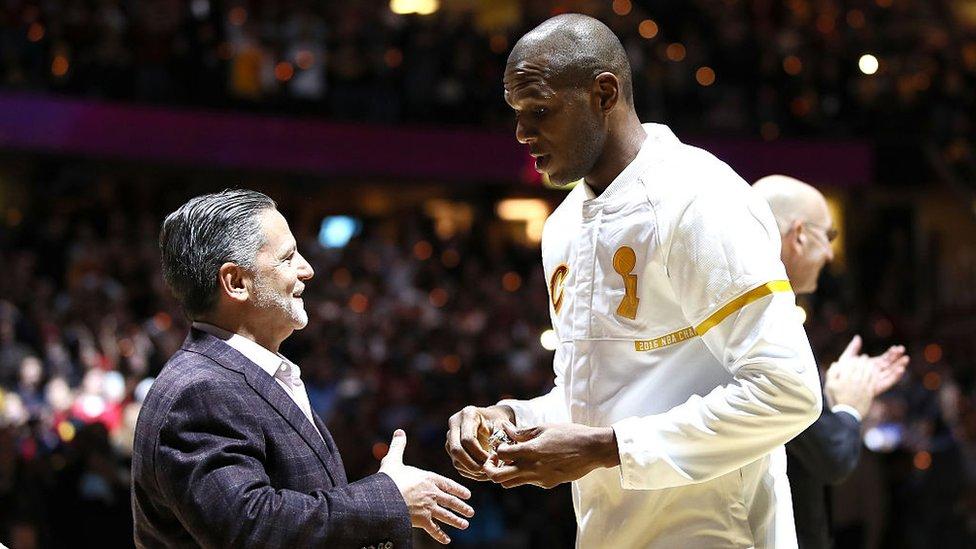 Dan Gilbert, que en la imagen aparece junto al exjugador de baloncesto de los Cleveland Cavaliers James Jones, es dueño del equipo.