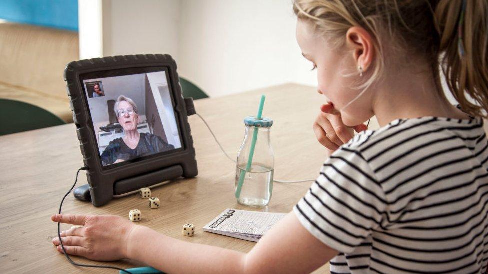 Niña hablando con su abuela por internet