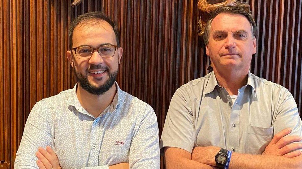 Luis Ricardo Miranda e Bolsonaro posam para foto