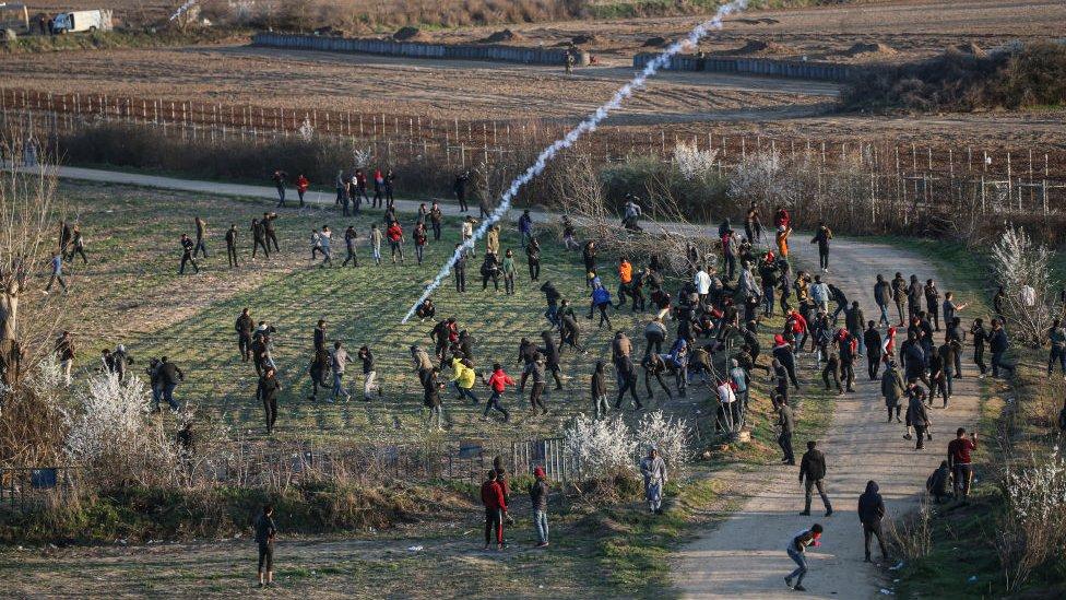 Fuerzas de seguridad de ese país intentan dispersar a los solicitantes de asilo con gases lacrimógenos.