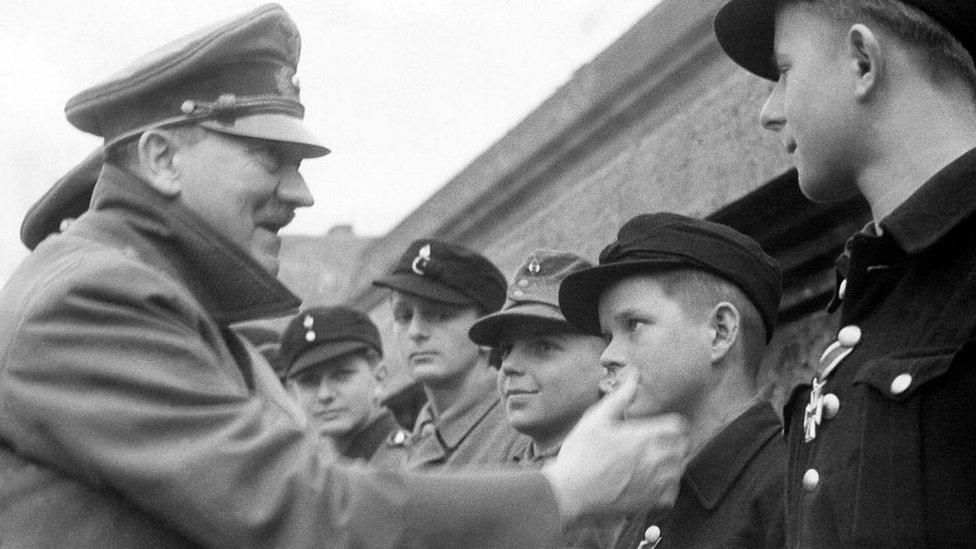 Naziler kent savunmasında çocukları ve yaşlı erkekleri de kullandı. Adolf Hitler, çocuk askerelre madalya veriyor.